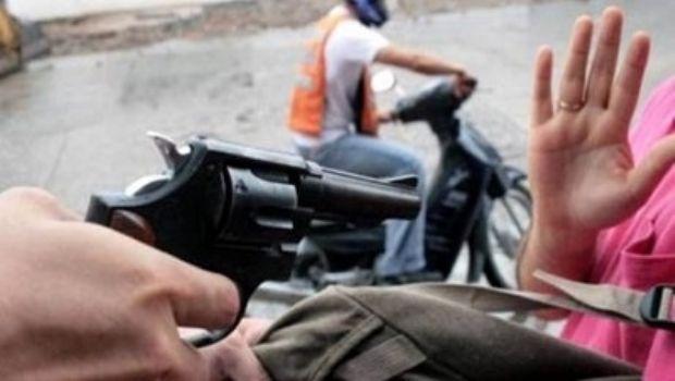 Motochorros amenazaron a una joven con un arma para robarle