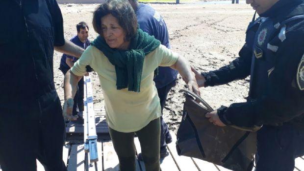 Insólito: Una turista quedó atrapada en el barro del lago San Roque