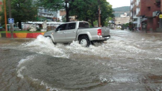 Carlos Paz: Llueve copiosamente y algunas calles se anegaron