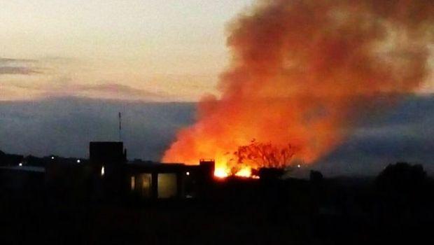Se prendió el basural de Tanti y las llamas amenazaron varias casas