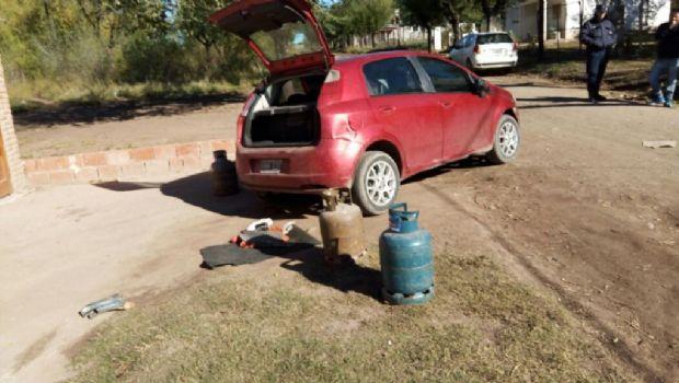 Atraparon un joven que llevaba tres garrafas robadas en su auto