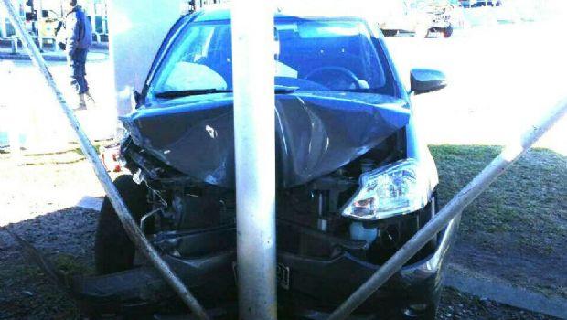 Un hombre se desvaneció y chocó su auto contra un camión en el peaje