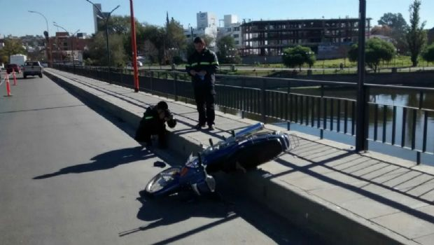 Carlos Paz: Un hombre grave tras perder el control de su moto y chocar