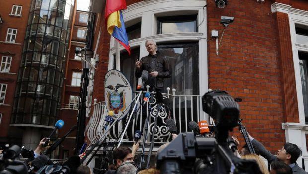 Assange en Londres bajo bandera latinoamericana