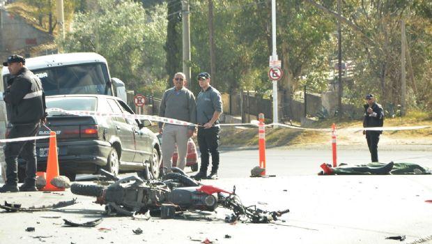 Se mató un joven que chocó contra un auto cerca del Puente Negro