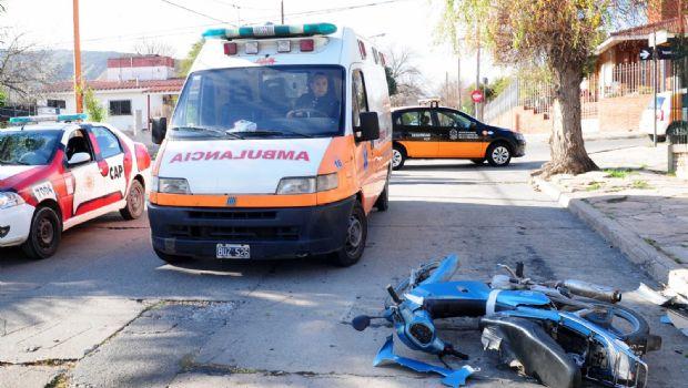Dos personas heridas tras choque entre un auto y una moto