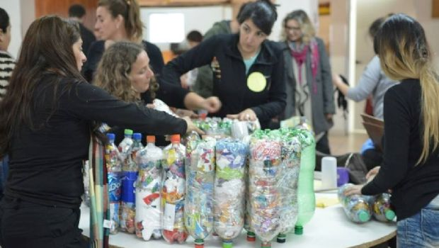 Conciencia ambiental: Construyen más de 100 ecoladrillos