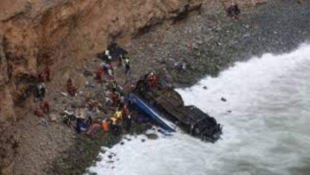 Perú: Desbarrancó un colectivo en 'la curva del diablo' y dejó 48 muertos